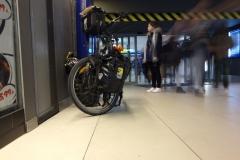 kolo s brašnami na nádraží v Katowicích