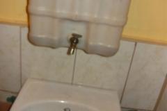 umyvadlo s nádobou na vodu