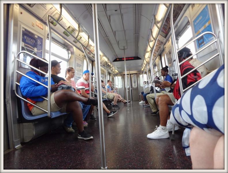 sedící lidé v metru v New Yorku