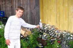 prázdné láhve za chatou