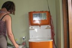 plechové umyvadlo s nádrží na vodu