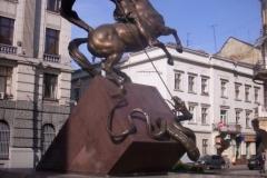 socha jezdce na koni zabíjejícího hada pod sebou