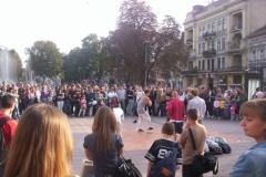 mladíci tančí na náměstí ve Lvově
