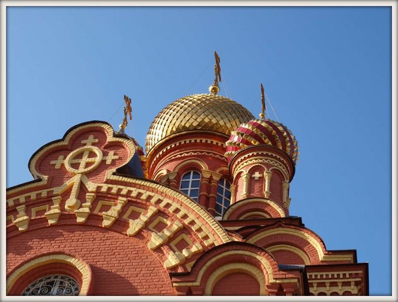 zlaté kopule pravoslavného kostela v Astrachani