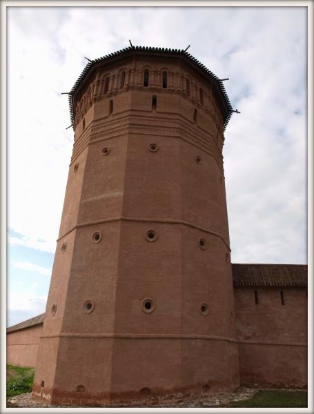 cihlová věž v Suzdalu