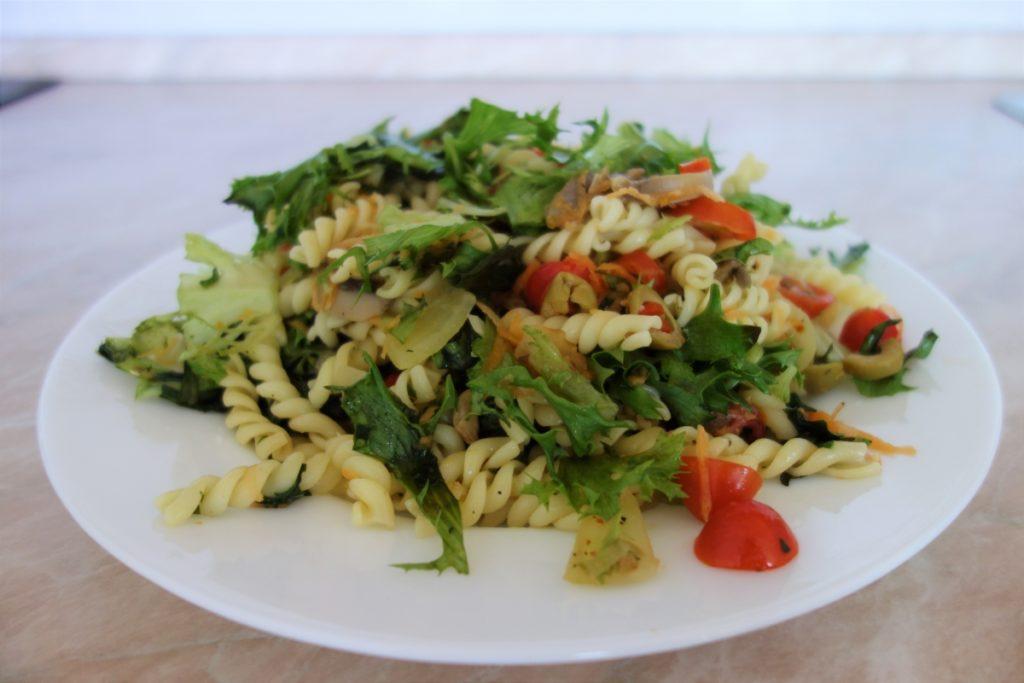 těstovinový salát s žampiony na talíři