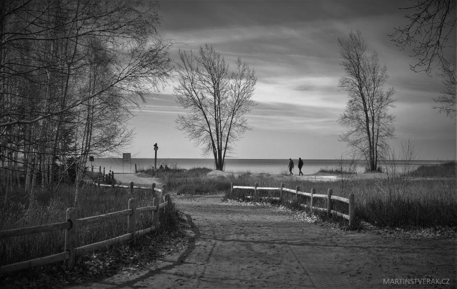 pěšina k jezeru Ontariu