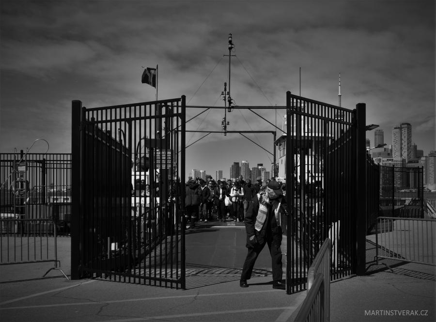 otevírání brány v přístavu