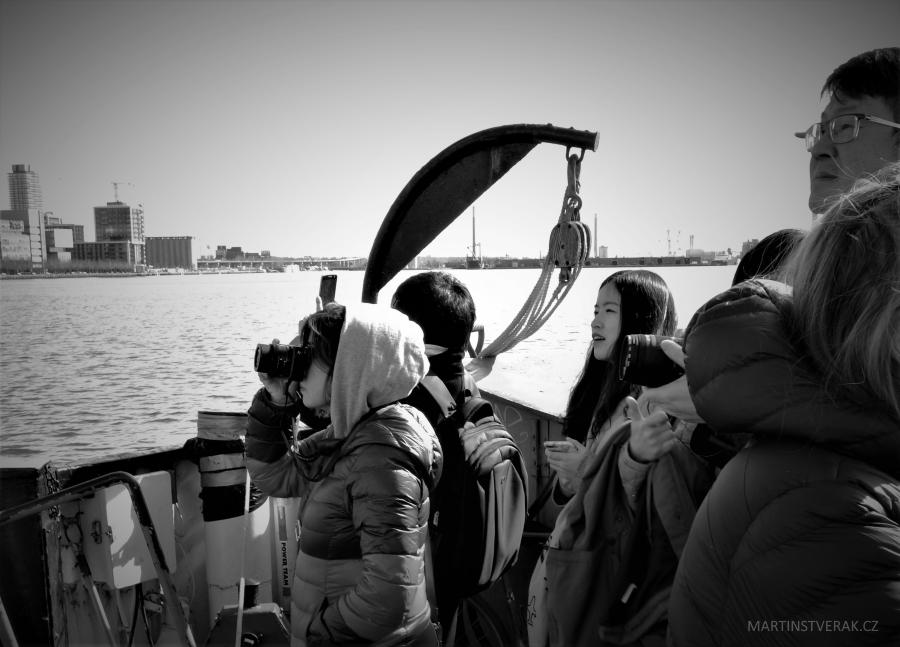 pohled lidí upřený na výškové budovy Toronta